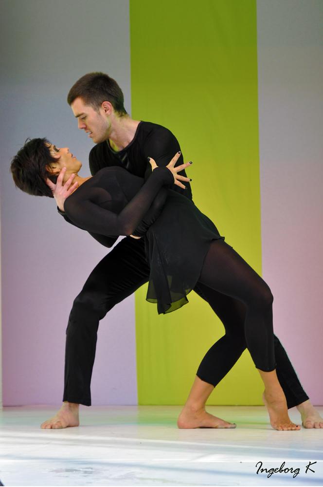 Tanzeinlage bei der Straßenmodenschau in Krefeld
