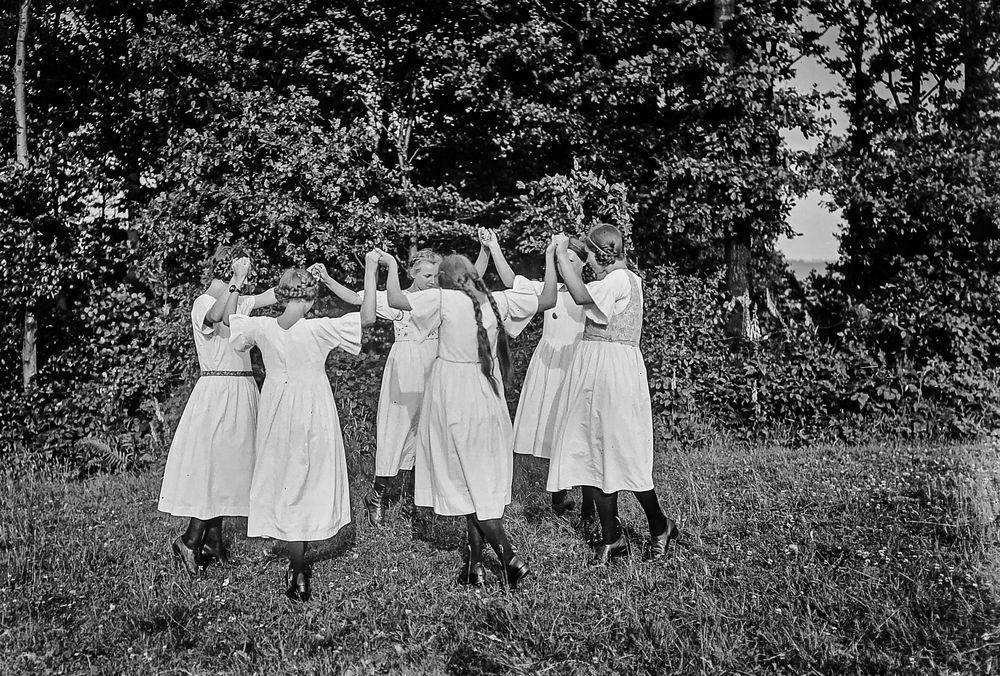 Tanzende Mädchen.           ....120_2803