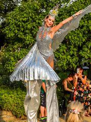 Tanzshow im Silbergewand