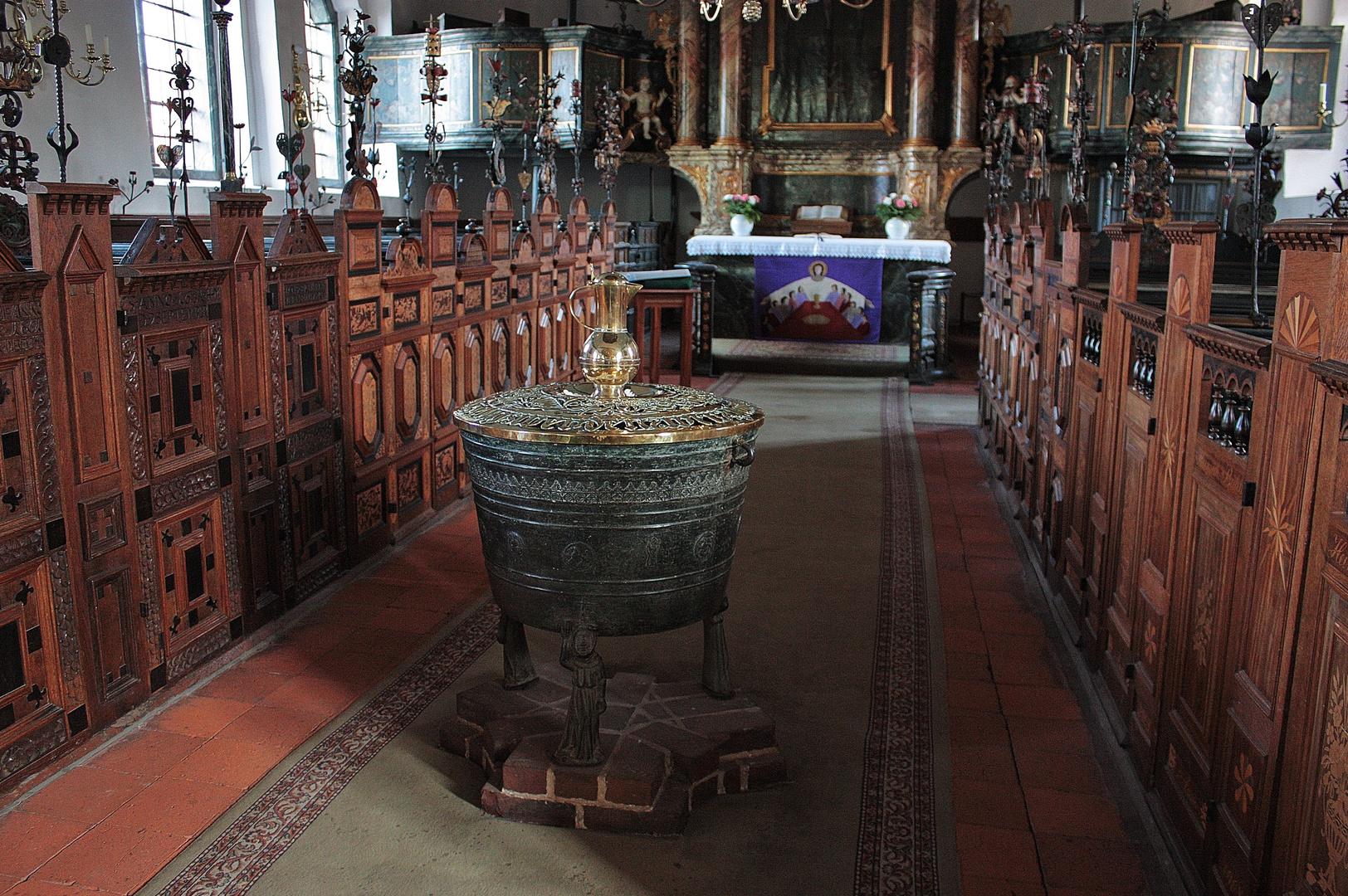 Taufkessel von 1380 und die berühmten Hutständer Altengamme -->