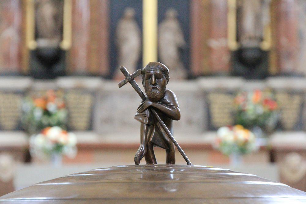 Taufstein-Figur in Loschwitzer Kirche
