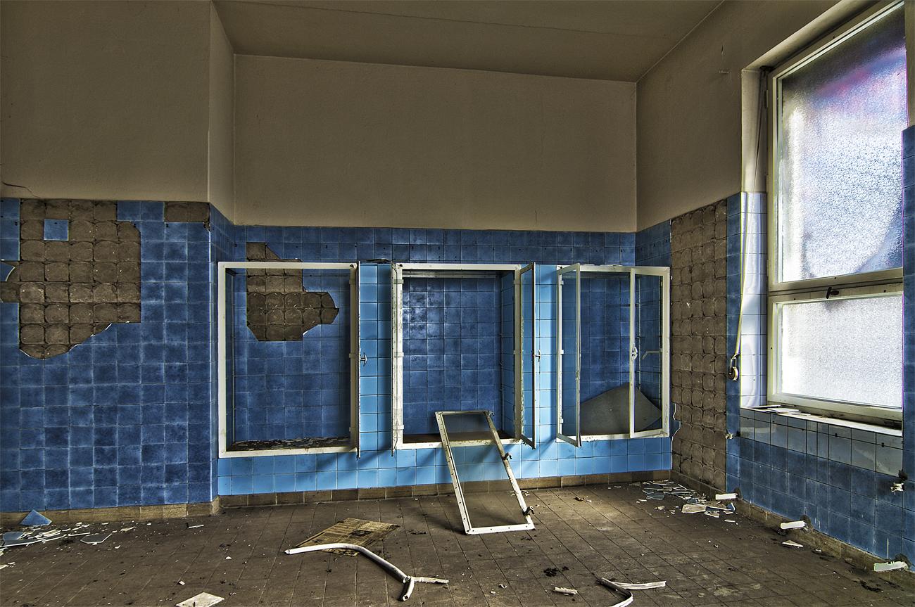 Tausche blaue fliesen foto bild architektur lost places verlassene orte - Blaue fliesen ...
