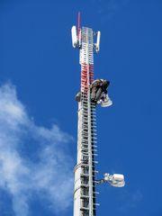 Technik mitten im blauen Himmel