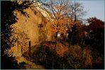 Teil der alten Stadtmauer in der Herbstsonne