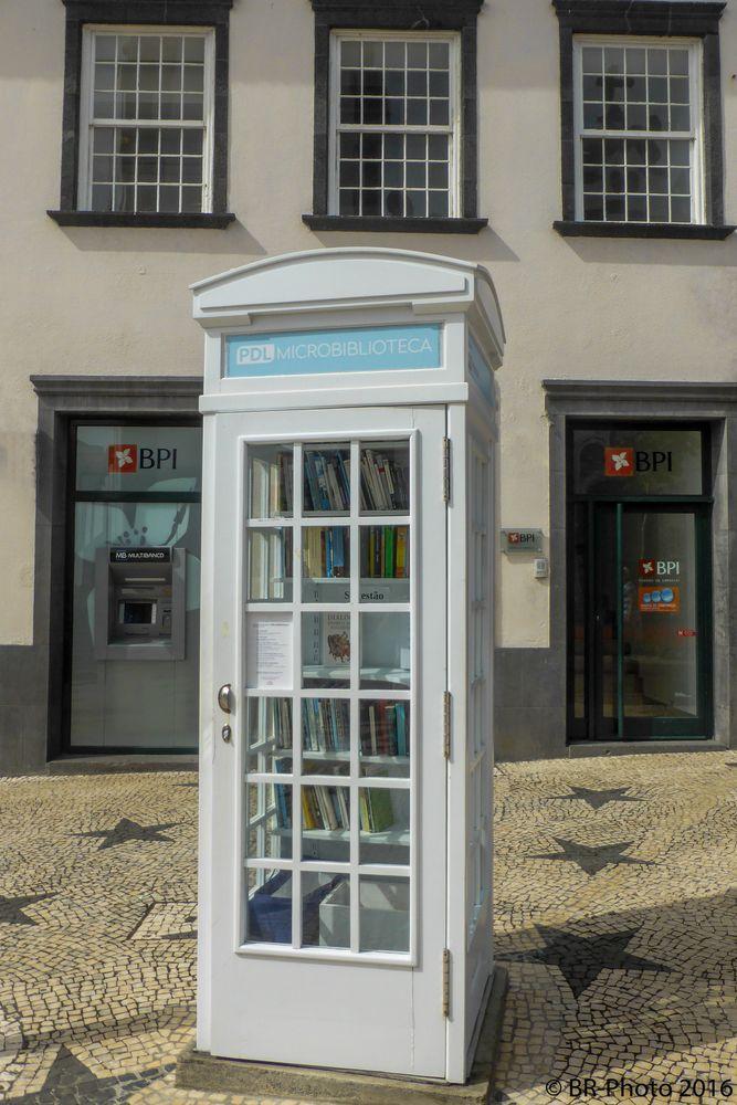 Telefonzelle als Bibliothek in Ponta Delgada