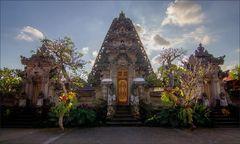 * Tempel im Gegenlicht *