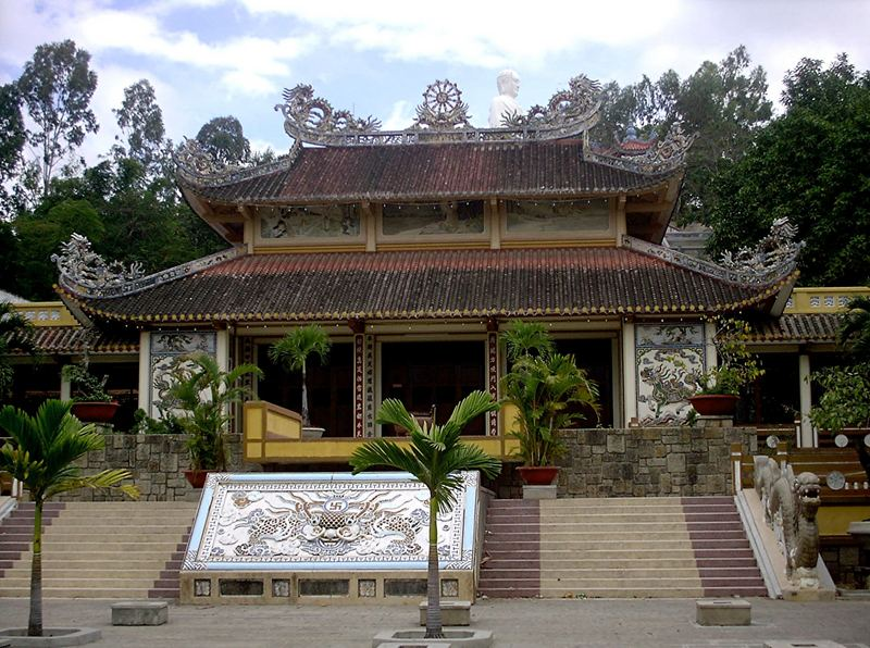 Tempel in Nha Trang mit grossem Buddha