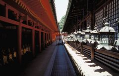 Tempel Symmetrie mit Laternen