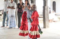 Tempeldiener trägt in Sri Lanka bei Zeremonie S-25