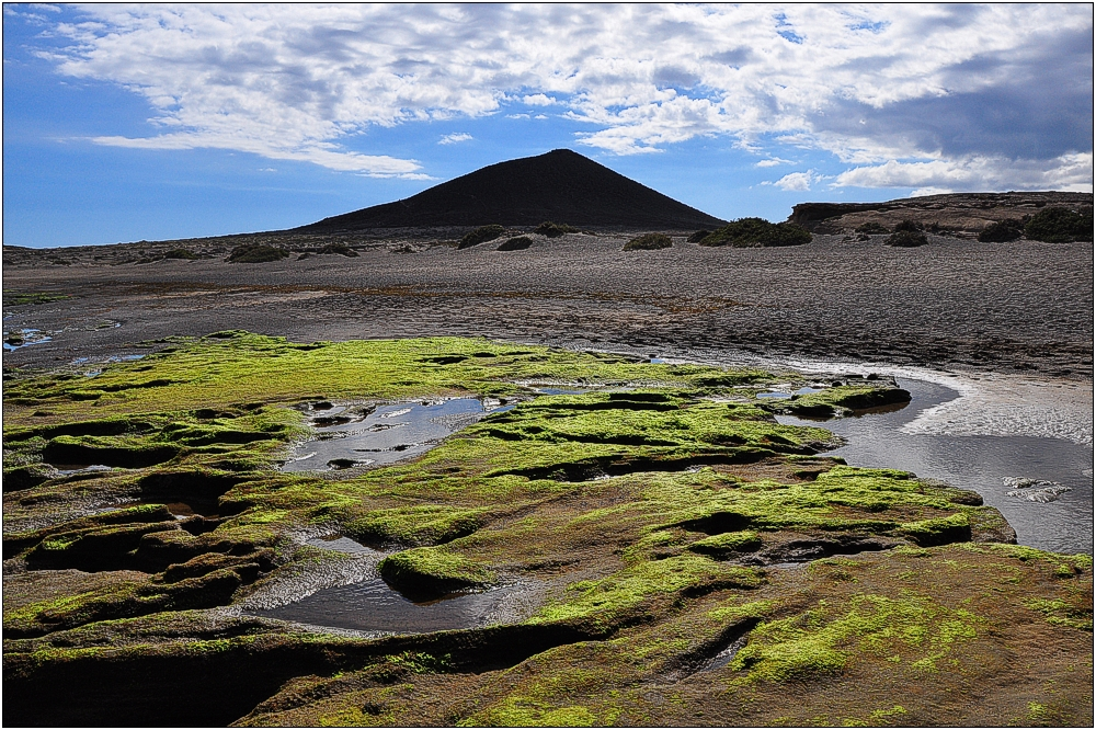 Teneriffa, Schwarzer Strand von El Médano mit Montana Roja