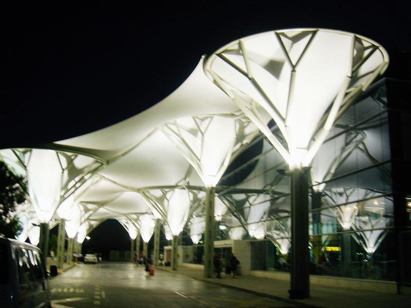 Terminalvorplatz mit Überdachung,Flughafen Split,Kroatien