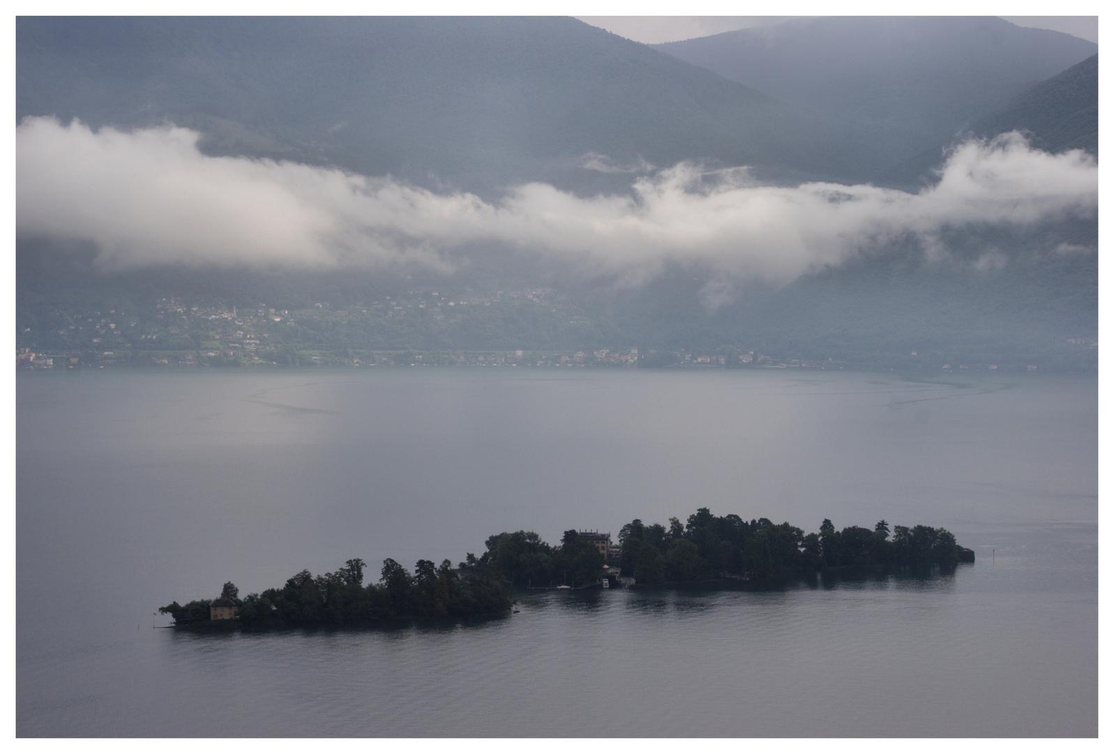 Tessin / Ticino die Inseln unter Wolken