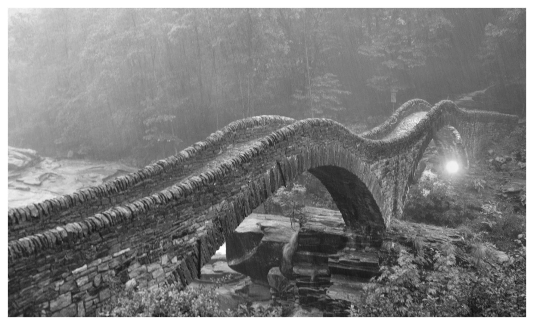 Tessin / Ticino einsame Brücke im Regen