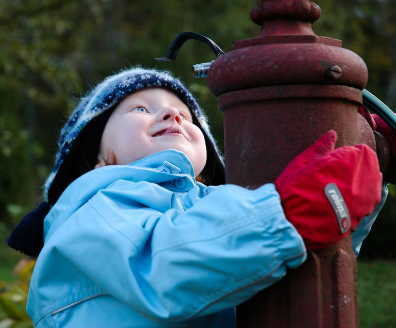 The child and the water tap