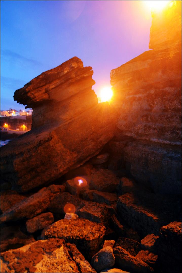 The sun between the rocks