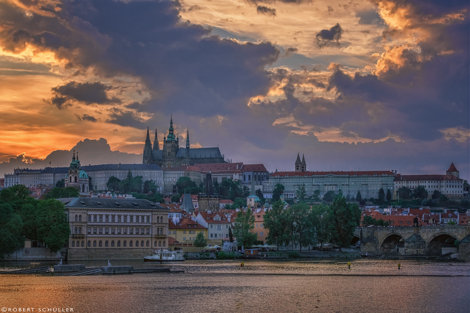 Theatralischer Abendhimmel über Prag.