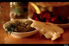 *Theke ohne Brotkrümel aber mit Oliven drauf*