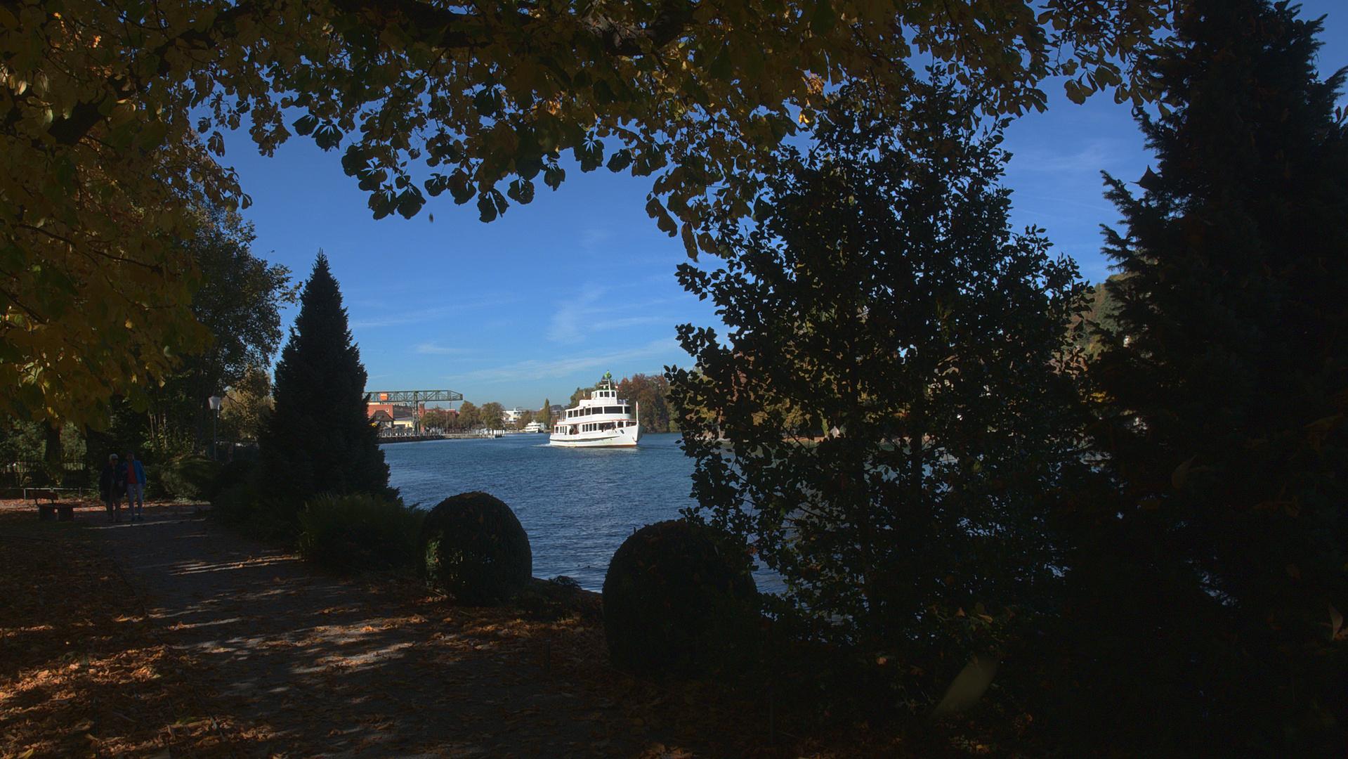 Thun Schadau Herbst mit Schiff