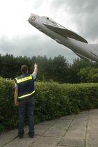 THW hilft,beim Landeanflug einer MIG.