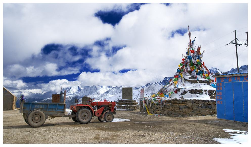 Tibetische Religionsfahnen zwischen Jiuzhaigou und Huolong
