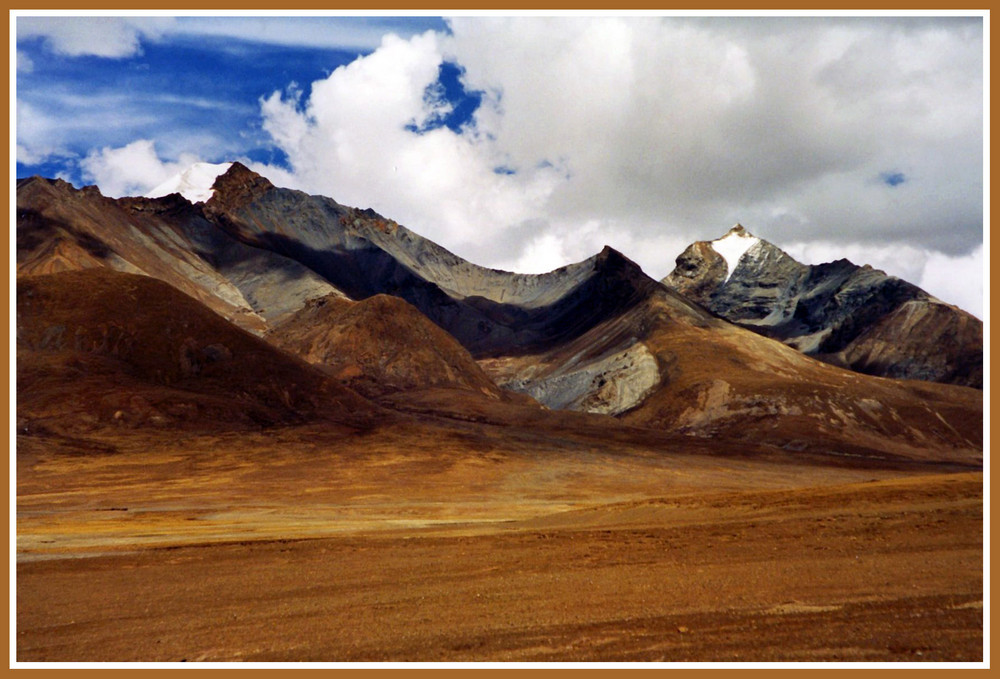 Tibetisches Hochland,      Farbige Bergformationen