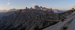 Tiefblicke vom Refugio Auronzo 2320m an der Südseite der drei Zinnen...