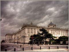 Tiempo amenazador sobre palacio. Madrid - HDR