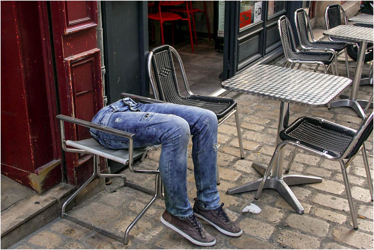 Tiens ! une chaise sans dossier  ?!?