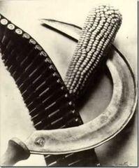 Tina Modotti, Falce, pannocchia e cartucciera, 1928