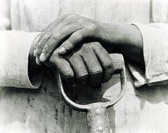 Tina Modotti, Mani di operaio con badile, 1926