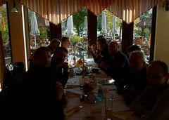 °°° Tisch Nr.1 im Dustern gehalten - Tisch 2 bleibt anonym - da siitzen Überläufer dran °°°
