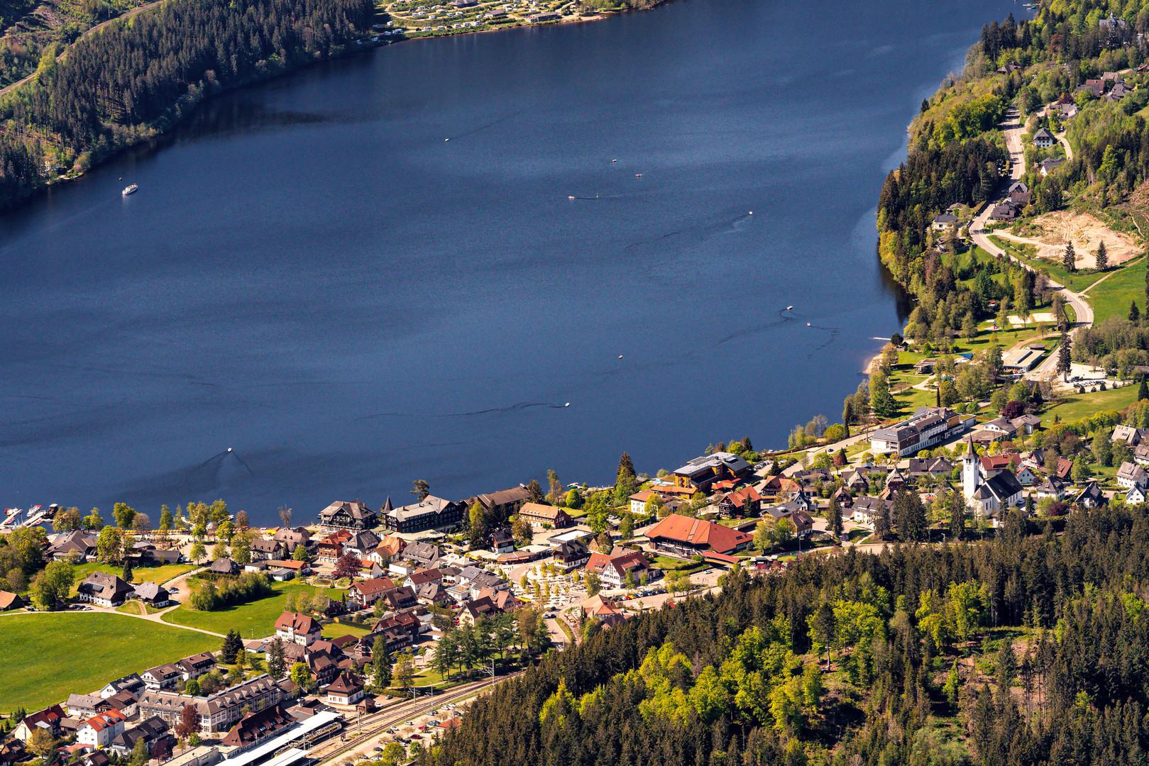 Titisee Ortsansicht und gleichnamiger See im Schwarzwald
