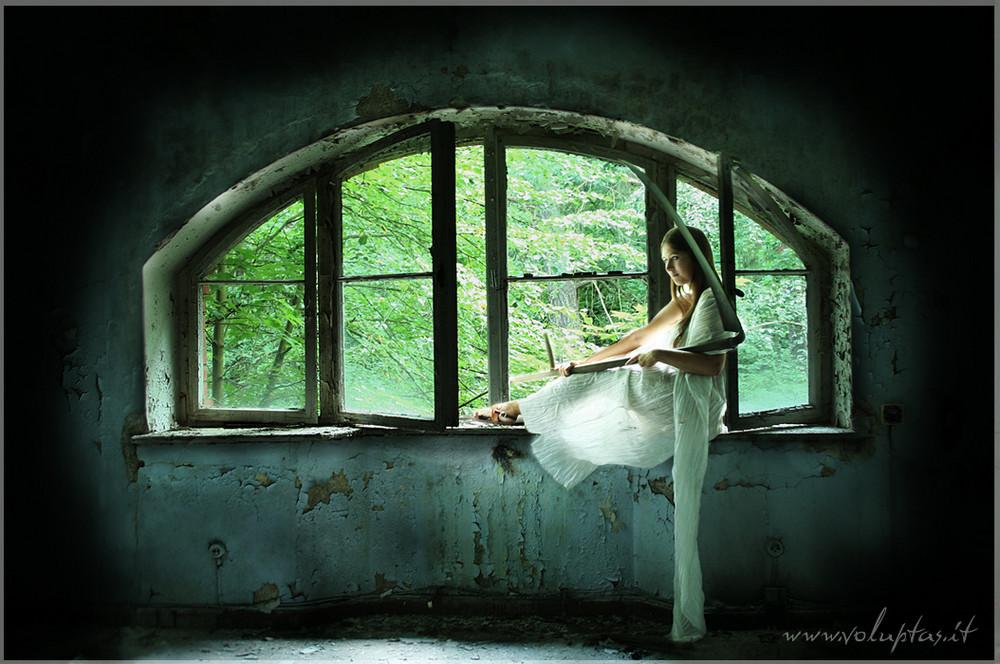 tod am fenster foto bild mystik gothic szene mensch in mystischer umgebung bilder auf. Black Bedroom Furniture Sets. Home Design Ideas