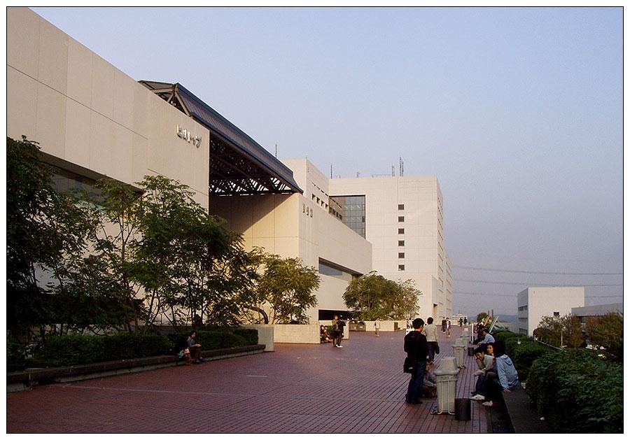 Tokyo: Chuo Daigaku - Hauptterasse mit Mensa und Bibliothek