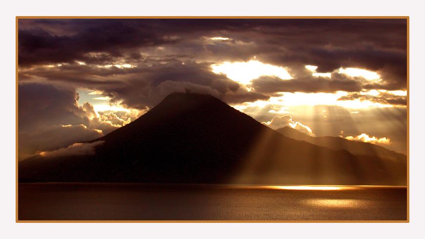 Toliman Vulkan  bei  Atitlan See