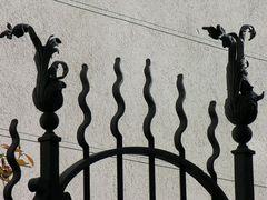 Torgitter, Schattenspiel auf einer Mauer