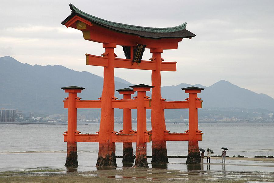 Torii beim Itsukushima-Schrein