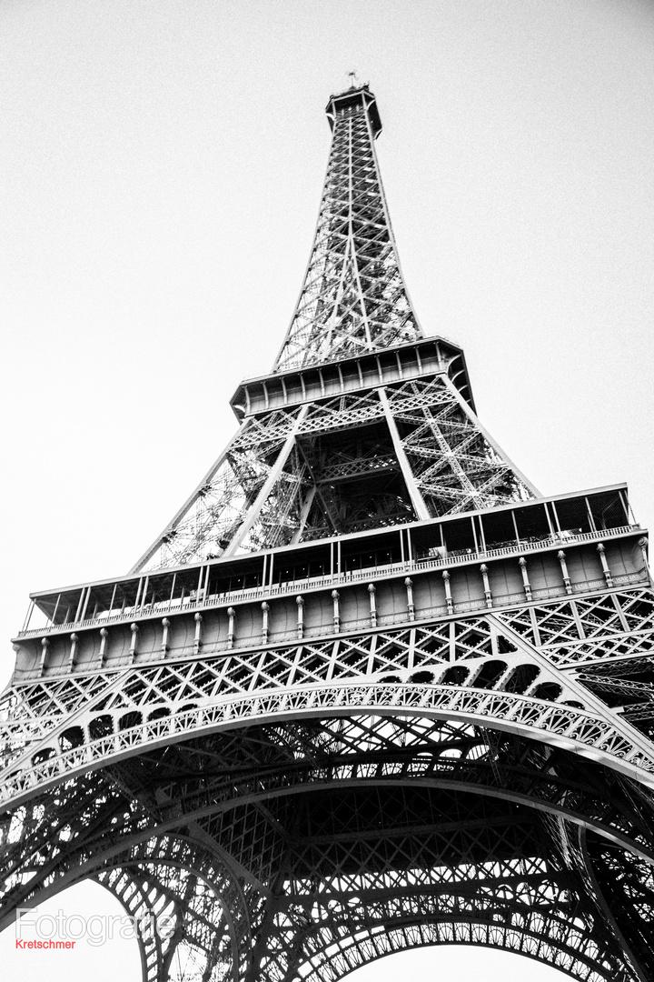 Tour Eifel black and white