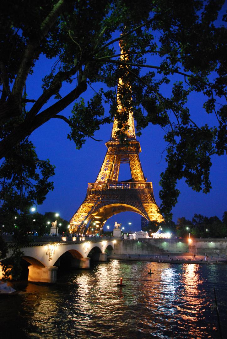 Tour Eiffel in der Dämmerung