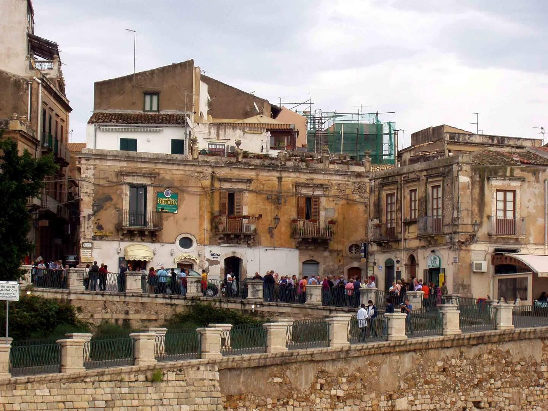 Touristen an der Fonte Aretusa in Siracusa