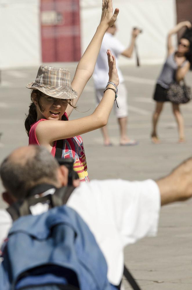 Touristen posieren auf dem Markusplatz