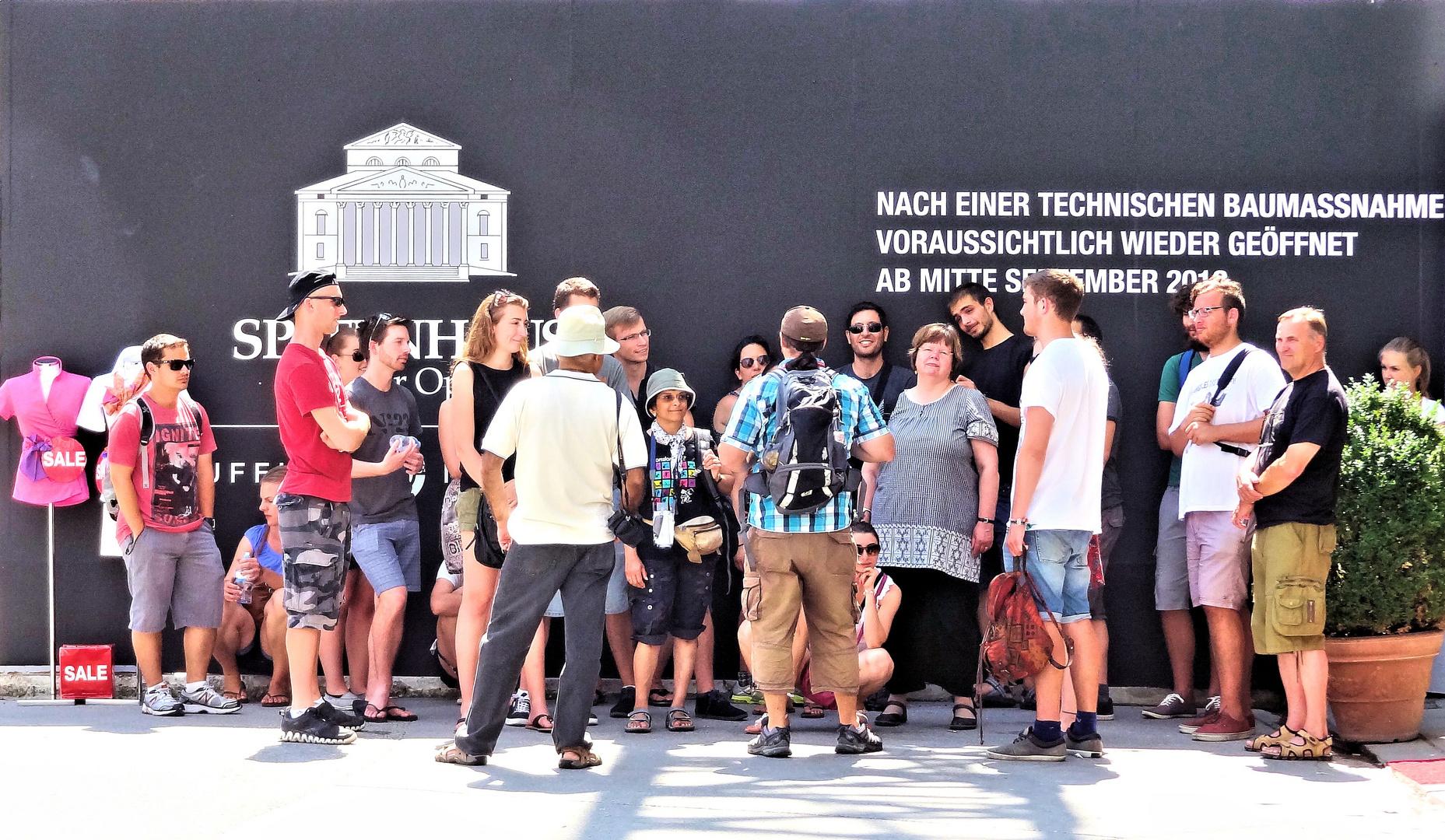 touristenunterweisung vor bauzaun