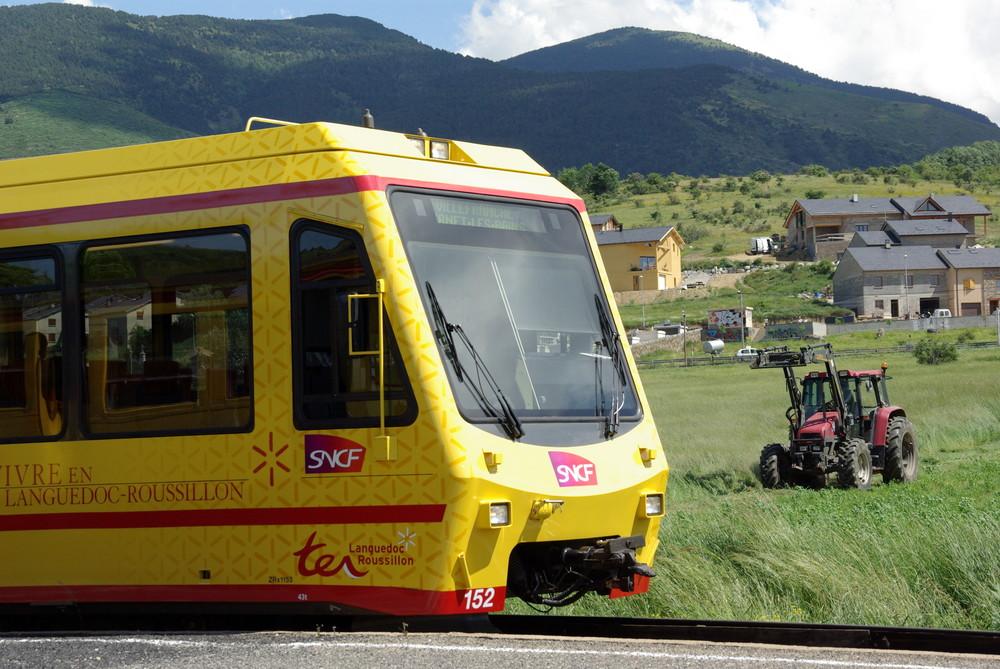 """Tractor saludando al tren """"groc"""" (dedicada a Pedro / Inoxbany)"""