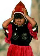 Traditionell gekleidetes Mädchen in Schahaara