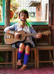 ...traditionelle Musik der Padaung...