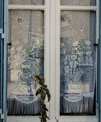 Tränentreibender Kitsch in französischen Stubenfenstern