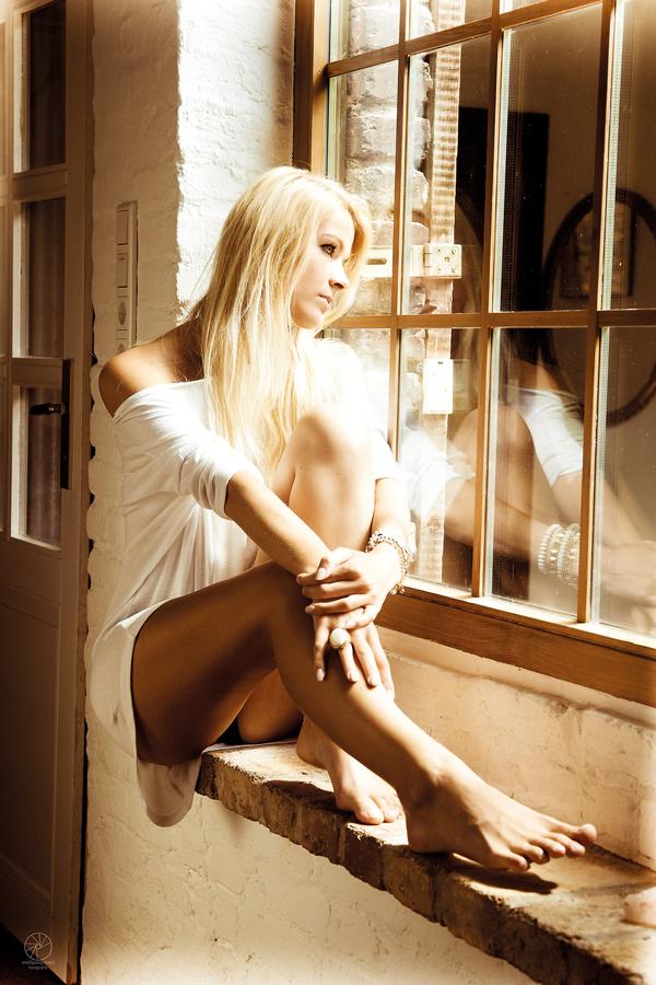 träumend am Fenster