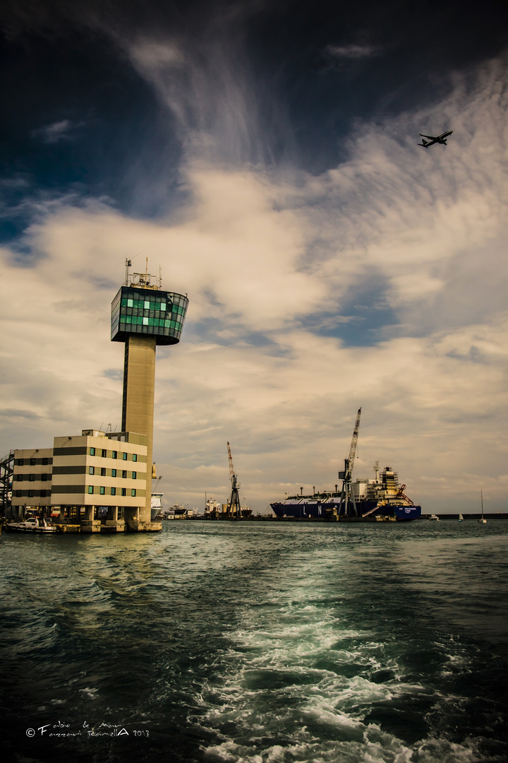Tragedia genovese: Molo Giano, Torre di controllo del traffico portuale.