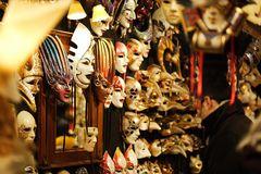 tragen wir nicht alle eine Maske?