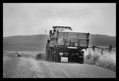 Traktor beim Einfahren der Ernte